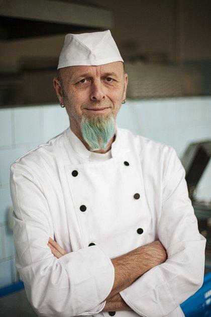 HAMBURGERY IHUDBU naservíruje muzikální kuchař Petr Potužník.