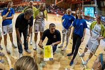 Chomutovské basketbalistky naslouchají trenérovi Eisnerovi.