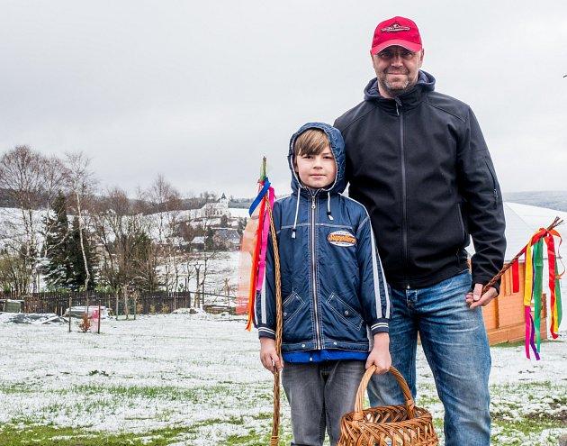 O velikonoční pondělí se zima stále nevzdává a ukazuje svojí sílu s teplotou kolem +1 st. C a novou nadílkou sněhu. Na snímku Petr Ondrejka se synem Vojtou cestou na koledu. Kalek u Chomutova 17.dubna 2017