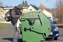 Přes ukončení služby denního centra se spolek Naděje s městem dohodl, že úklid kolem popelnic zajistí.