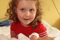 Malá Dominička se fotografuje s právě narozenou sestřičkou Michaelou Kučárkovou. Malá Michalka se narodila mamince Petře Faiglové 1.3. 2009 v 1.43 hodin v Chomutově, měří 51 centimetrů a váží 3,3 kilogramů.