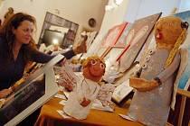 Organizátorka aukce Andrea Löblová z chomutovského muzea už včera připravovala všechny anděly na sobotní aukci. Dohromady je na seznamu pětašedesát nejrůznějších položek.