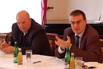 Ministři Miroslav Toman (vlevo) a Zdeněk Žák ve Vysočanech.
