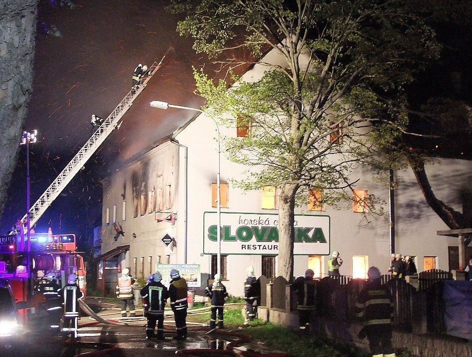 HORSKOU CHATU SLOVANKA se v noci z pondělí na úterý snažilo zachránit šest hasičských jednotek.