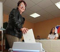 Podruhé se volilo ve Všehrdech. Hlas vhodila i místní obyvatelka Alena Borlová.