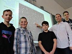 Astronom a vedoucí kroužku Pavel Pintr ukazuje na hvězdu, kterou kluci objevili. Objev je dílem Jana Beránka (13), Michala Pintra (12), Martina Oršuláka (11) a Fabiána Bodnára (16)