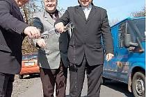 Kromě obligátního přestřižení pásky pánové (zleva) Matoušek (Silnice Group), Bujdač a Šulc (kraj) silnici také pokropili sektem.