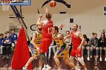Finále krajské basketbalové ligy mezi Chomutovem a Teplicemi.