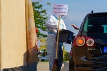 I v Chomutově bylo možné hlasovat z auta pomocí nové metody drive-in, a to v prostoru parkoviště za hokejovou arénou.