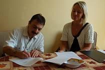 Michal Bláha právě pod dohledem sociální pracovnice podepsal smlouvu o užívání startovacího tréninkového bytu.