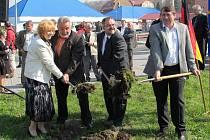 DO ZEMĚ společně kopli starostka Vejprt jitka Gavdunová, starosta Bärensteinu Bernd Schlegel, radní saského Krušnohoří Frank Vogel a radní Ústeckého kraje Jiří Šulc.