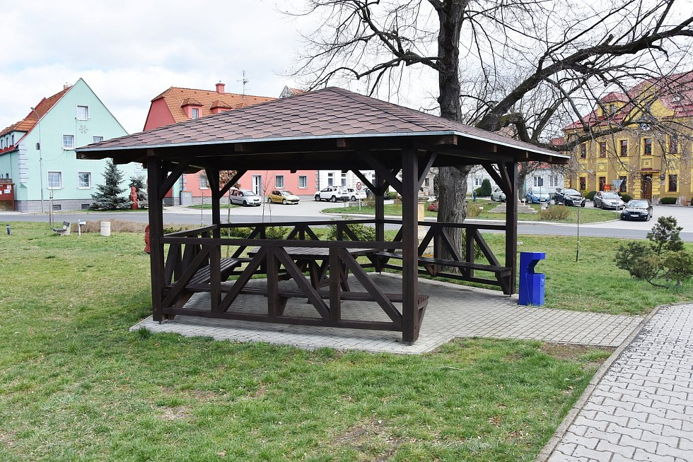Altán zve k posezení v centru Hrušovan.