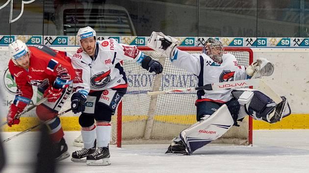 V souboji dvou posledních týmů tabulky Piráti (v bílém) uspěli, když doma porazili Dynamo Pardubice
