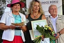 Starostka Blatna Iveta Rabasová Houfová přebírá ocenění. Obec se prosadila v krajském kole, v celostátním poté skončila třetí.