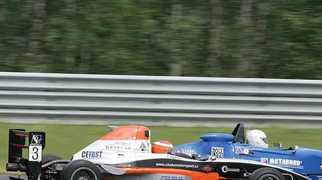 Závodní auto Chabrmotorsportu.