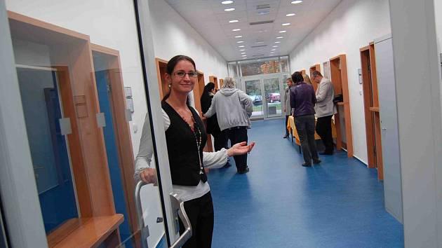 Ředitelka chomutovského pracoviště Úřadu práce ČR Dagmar Vlčková (na snímku) zve pozvané hosty na prohlídku nově zrekonstruované budovy, kam se přestěhuje agenda výplat dávek.