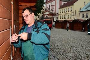 Pan Miroslav Duchek při přípravě vánočního náměstí.