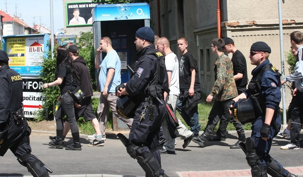 Policisté šli spolu s průvodem radikálů.