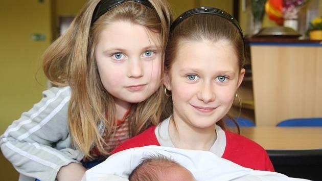 Sestřičky Gabriela a Diana se vyfotily s malým bráškou Alexem, který se narodil 17.3. 2009 v 01.10 hodin v kadaňské nemocnici. Maminka Eva Dytrychová z Klášterce nad Ohří se raduje z Alexových 50 centimetrů a 3,90 kilogramů, které měl při narození.