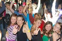 Teenageři se baví na diskopárty v letním areálu Banda.
