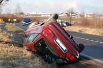 Červený Ford skončil na střeše, jeho řidička nezvládla zledovatělou zatáčku u Bandy. Naštěstí vyvázla bez zranění.