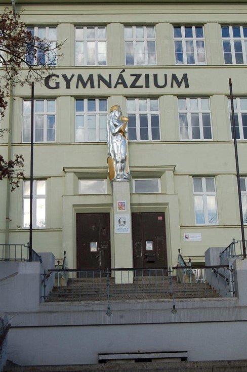 Odhalení sochy Pallas Athena nad vchodem do chomutovského gymnázia.