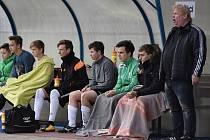 Pavel Kostrzewa (vpravo) prožíval derby se Spartakem Perštejn u domácí střídačky.