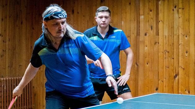 Na snímku hráči KST Jirkov A Marcel Feifrlík (vlevo) a Michal Malý (v pozadí) při čtyřhře.