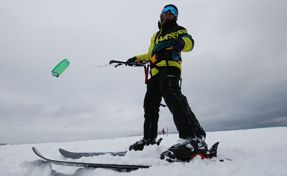 Snowkiting, čili lyžování na padáku, na zasněžených loukách nedaleko Rusové na Chomutovsku.