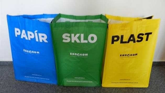 Radnice v Klášterci nabízí lidem tašky na třídění odpadu.