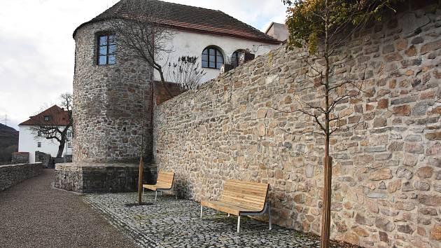 Nové lavičky na cestě mezi hradem a barbakánem.