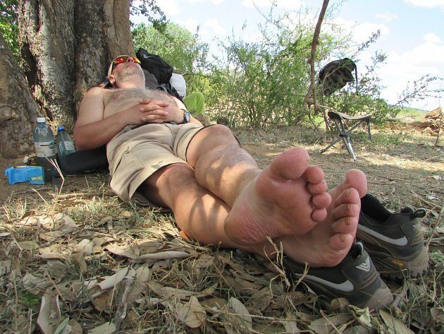 Odpočinek ve stínu stromů při čtyřdenním treku divočinou. Krugerův Park, 2017, JAR