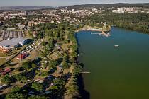 O pětinu letos vzrostla návštěvnost na Kamencovém jezeře. Kemp je plně obsazený.