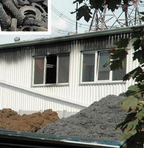PLAMENY NA STŘEŠE. Takto vypadala budova zvenku několik hodin po požáru, fotograf nebyl vpuštěn dovnitř. V popředí je vidět gumová drť z pneumatik.