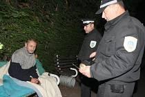 "Policie ""zvedá"" z provizorního lůžka v parku bezdomovce."