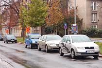 Ulice Na Příkopech v Chomutově, od příštího roku tady pravděpodobně bez rezidenční karty nezaparkujete.