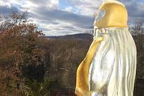 Pallas Athena nad vchodem do chomutovského gymnázia shlíží dolů na město.