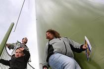Podívat se na větrné elektrárny vyrazily celé rodiny.