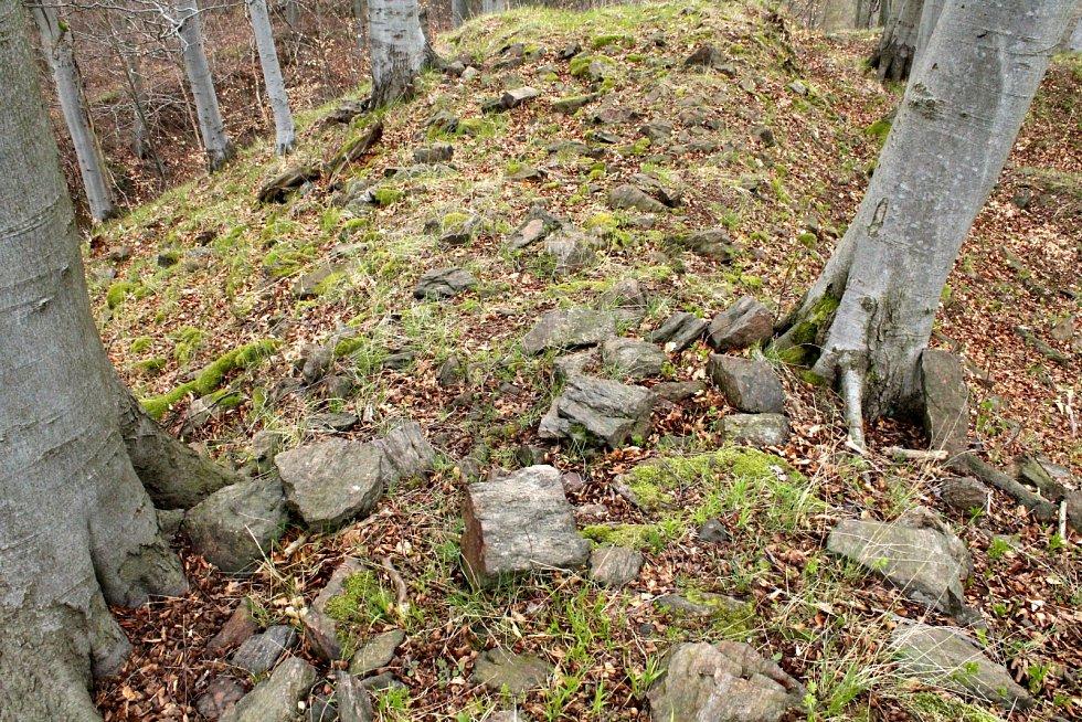 Vrchol nabízí nejen rozvaliny hradu Nový Žeberk, ale i strmé pohledy dolů.