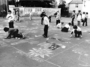Celá ulice je malířským plátnem. Snímek pochází z roku 1981 a zachycuje děti při hrách u radnice v Radonicích