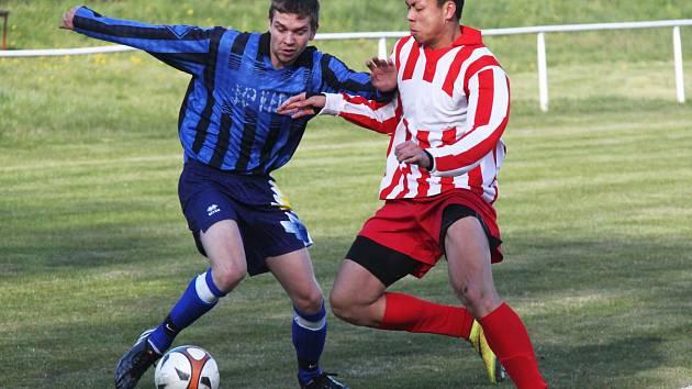 Sokol Otvice – SKP Kadaň 3:1, hráč Otvic vpravo.