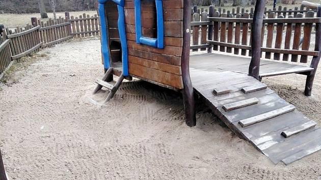 Park v Jirkově město přichystalo na novou návštěvnickou sezonu.