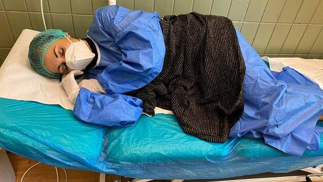 """""""Takto jsem ležela asi dvě hodiny na urgentním příjmu, než přijdou výsledky z krve. Hlavně ať nás nenakazí: respirátor na puse, já v horečkách, totální bolest celého těla,"""" uvedla ke snímku Alena Wittmannová."""