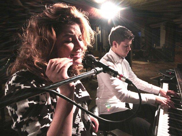 """Zpěvačka Celeste Buckingham a klavírista Jan Veselý při natáčení videoklipu k filmu Láska na vlásku. """"Klip se nám podařilo natočit za půl hodiny, za den bylo hotovo,"""" prozradil Veselý."""