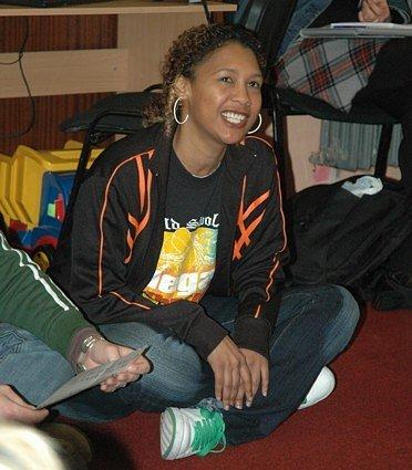 Jihoafrická raperka si povídala s dětmi ze sociálně slabých rodin.