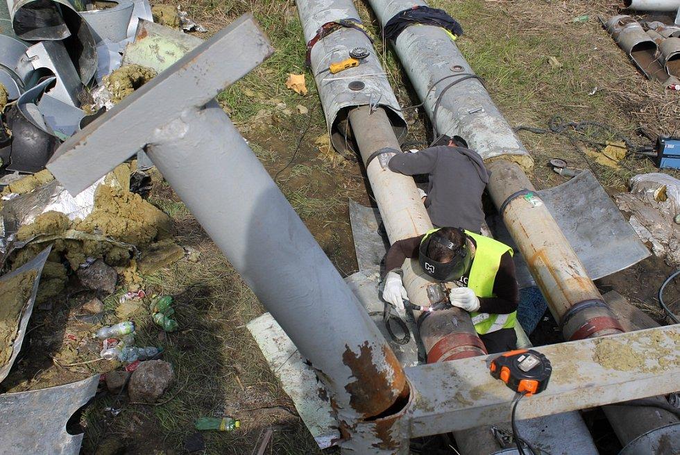 Svařování vyměněné části se stávajícím potrubí – levá větev horkovodu.