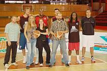 Kompletní sestava obou týmů: Martin Petrů (ChD), Jakub Krakovič (BK), Mirka Šebestová (ChD), Richard Anderson (BK), Martina Zyklová (ChD), Zdeněk Hanzlík (BK), Josef Dušek (ChD), Rob Löwery (BK) a trenér basketbalistů Tomáš Eisner.