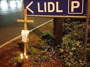 U Lidlu se demonstrovalo křížem a svíčkami