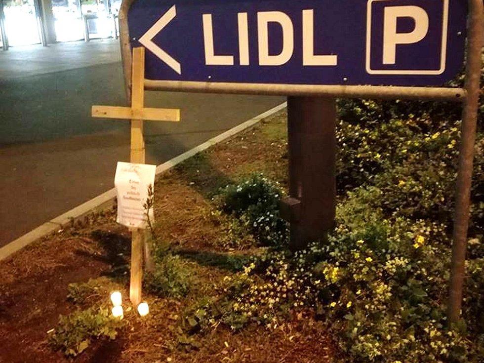 Křížem a svíčkami demonstrovali aktivisté před chomutovským Lidlem několik dní.