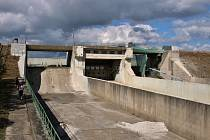 Nechranická přehrada je kvůli opravám bezpečnostních přelivů u hráze úplně na suchu. Doslova